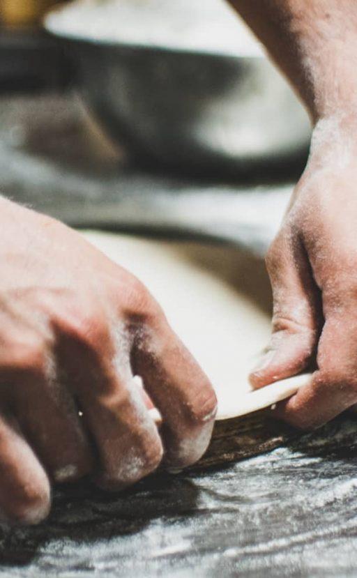 Teg wird von zwei Händen gezogen