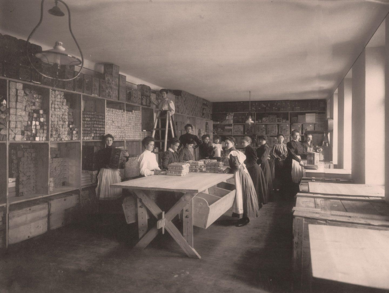 Crno-bela fotografija: radnici pakuju Kotányi mlevenu začinsku papriku 1881. godine