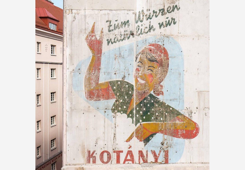 Spoljašnjost bečke zgrade sa reklamom kompanije Kotányi.