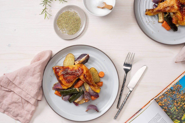 Piletina sa ruzmarinom i pečenim povrćem i aktuelno pakovanje Kotányi ruzmarina.